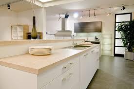 cuisine blanche plan travail bois cuisine contemporaine blanche mat plan de travail bois massif