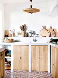 decorer cuisine toute blanche déco cuisine blanche avec des placards en bois