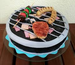 grill torte mit steak würstchen und einem spieß aus