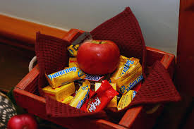 Poisoned Halloween Candy by 7 Halloween Candy Horror Stories Because Razor Blades In Apples