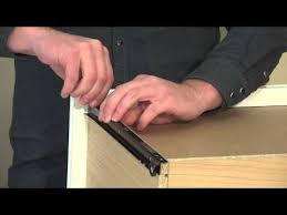 coulisses a galets de tiroirs aide nexera poser une coulisse de métal sur un côté de tiroir