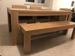 esszimmer mit tisch bank und drei stühlen