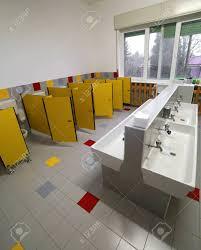 großes badezimmer für kinder im kindergarten ohne menschen