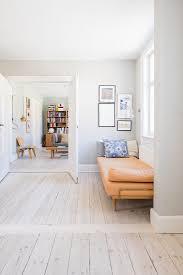liege vor der doppeltür zum wohnzimmer bild kaufen
