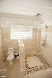 leichtes kompaktes kleines bad mit toilette und dusche stockfoto und mehr bilder architektur