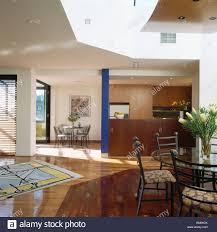 große moderne offene küche esszimmer mit abstrakt