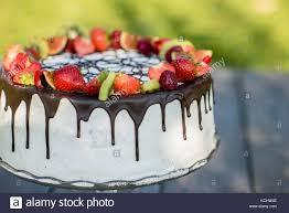 chite torte mit schokolade und sommer obst stockfotografie