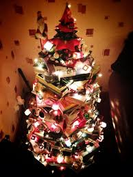 Bethlehem Lights Christmas Tree Instructions by Clever Christmas Tree Trend Trees Made Of Books Mnn Mother