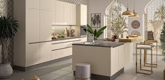 moderne küche mit integrierter griffleiste im