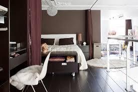 elegantes schlafzimmer in brauntönen in bild kaufen