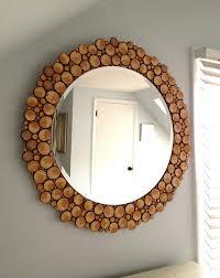 spiegel mit holzrahmen aus holzscheiben für wandgestaltung
