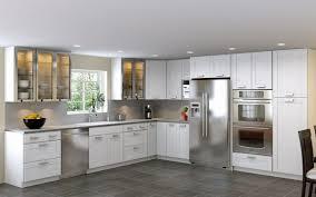 weiße küche in l form mit geräten aus edelstahl moderne