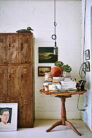 antik holztisch mit büchern neben bild kaufen 12320801