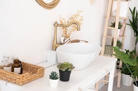 helles badezimmer waschbecken mixer spiegel weidenkorb