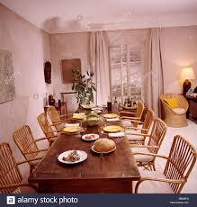 rohrstühlen an lange antike tisch in französischer landhaus