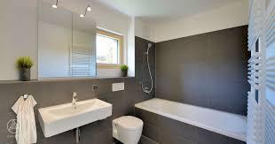 mehrfamilienhaus badezimmer graue fliesen badewanne