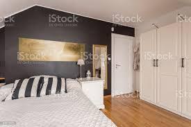 schwarz weiß schlafzimmer mit goldenen akzenten stockfoto und mehr bilder behaglich