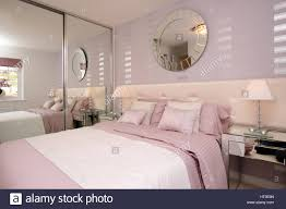 wohngebäude schlafzimmer rosa farben weiß silber