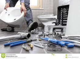 klempner bei der arbeit in einem badezimmer
