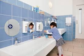 kleines mädchen benutzt wasser zum zähneputzen im badezimmer