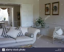 ein traditionelles neutral wohnzimmer mit flügeltüren sofa