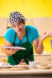 foto auf lager mann kochen vorbereitung kuchen in der küche zu hause