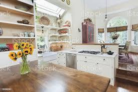 traditionell und bietet neu gestaltete moderne küche und esszimmer stockfoto und mehr bilder arbeitsplatte