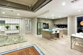 modernes haus hat wenige bereiche wie küche esszimmer und das wohnzimmer im gleichen raum geteilt im inneren des ganzen hauses wurde mit einem