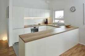 diese schlichte offene küche in u form wurde in weißem