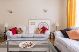 fototapete zwei weiße sofas mit einem couchtisch im wohnzimmer