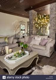 gemütliche rustikale wohnzimmer stockfotografie alamy