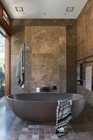 stehende badewanne im badezimmer bild kaufen