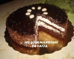 dessert avec creme fouettee gateau au chocolat avec la creme chantilly arts culinaires magiques