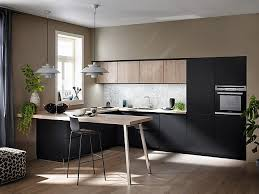eine edele schwarz matt küche kombiniert mit einer hellen kst holz front in alteiche sand und sitzmöglichkeit 5272 1