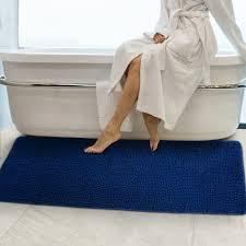 oft übersehen bei der bad deko der badezimmerteppich