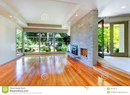 leerer hausinnenraum wohnzimmer mit glaswand und