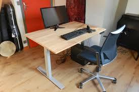 bureau assis debout fabrication d un bureau assis debout avec plateau en hêtre sur mesure