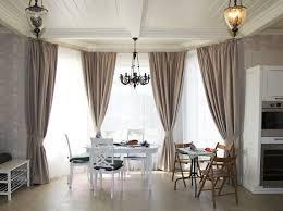 küche klein esstisch holz holzstuhl gardinen erker