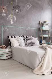 neues design schlafzimmer mit diy nachtschränkchen moderne pendelleuchte und dekorative wandfinish