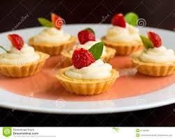 viele kuchen kleine kuchen mit frischen früchten erdbeeren