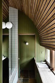 schmales badezimmer mit grüner bild kaufen 13401915