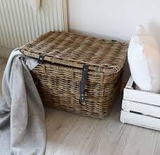 kuscheliges wohnzimmer mit decken und kissen depot