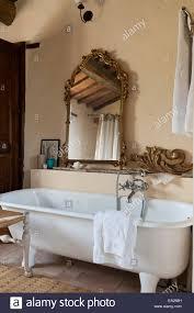 freistehende badewanne im rustikalen badezimmer mit