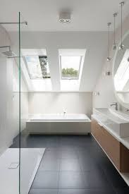 minimalistisches bad dachschräge graue bodenfliesen