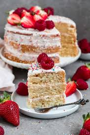 veganer vanillekuchen mit erdbeer cheese frosting