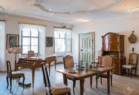 salzburg österreich 3 august 2016 antike möbel und ein altes cembalo im wa mozart haus