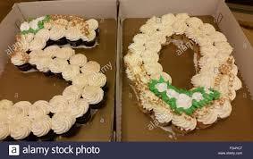 high angle view of zahl 50 auf geburtstag kuchen in box