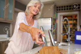 femmes plus cuisine bouchent le portrait de l heureuse femme plus âgée dans la cuisine