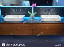 waschbecken aus weißem keramik waschbecken stockfotos und