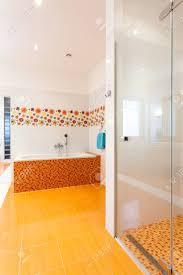 badewanne und dusche in große komfortable und moderne badezimmer im neuen haus